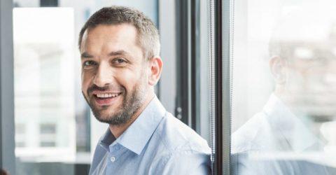 Homme souriant dématérialisation gestion des notes de frais