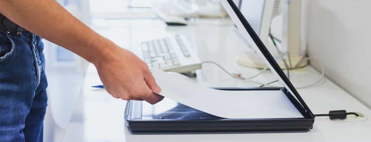 Homme scannant un document avec une solution de numérisation