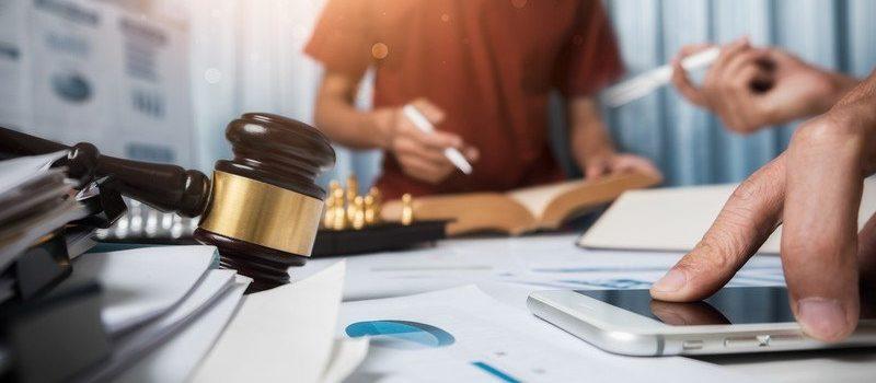 Marteau justice et téléphone mobile sur documents papier