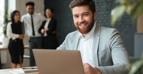 Jeune homme travaille sur ordinateur en entreprise