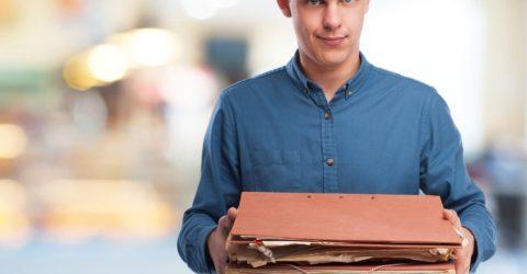 Homme chargé dossiers archives