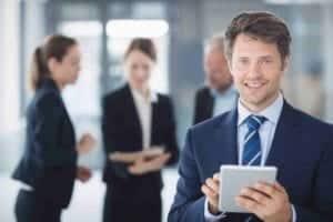 Homme tenant une tablette dans une entreprise