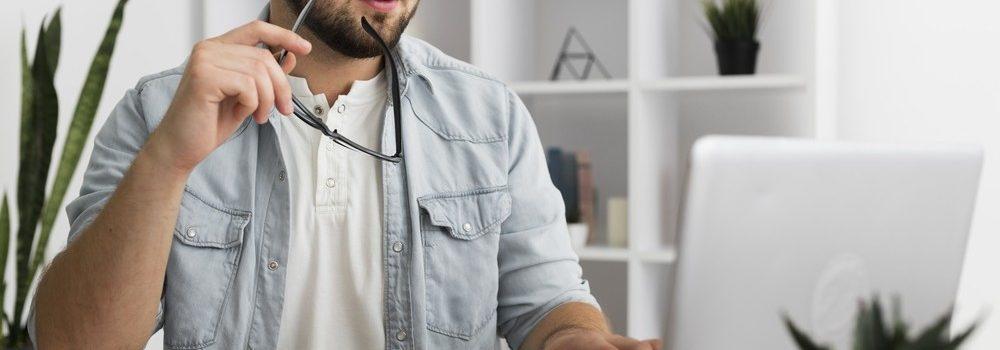 Homme travaillant sur ordinateur à domicile